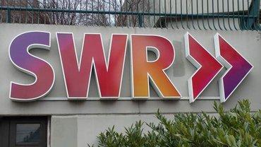 Das Schild des SWR-Logo im Senderbetriebsgebäude