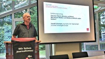 Harald Schuhmann hält auf den Medientagen #krassmedial 2019 hinter einem Podium einen Vortrag