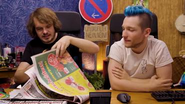 Die Youtuber Rezo und Rick schauen auf eine auf dem Tisch vor ihnen liegende Boulevardzeitung